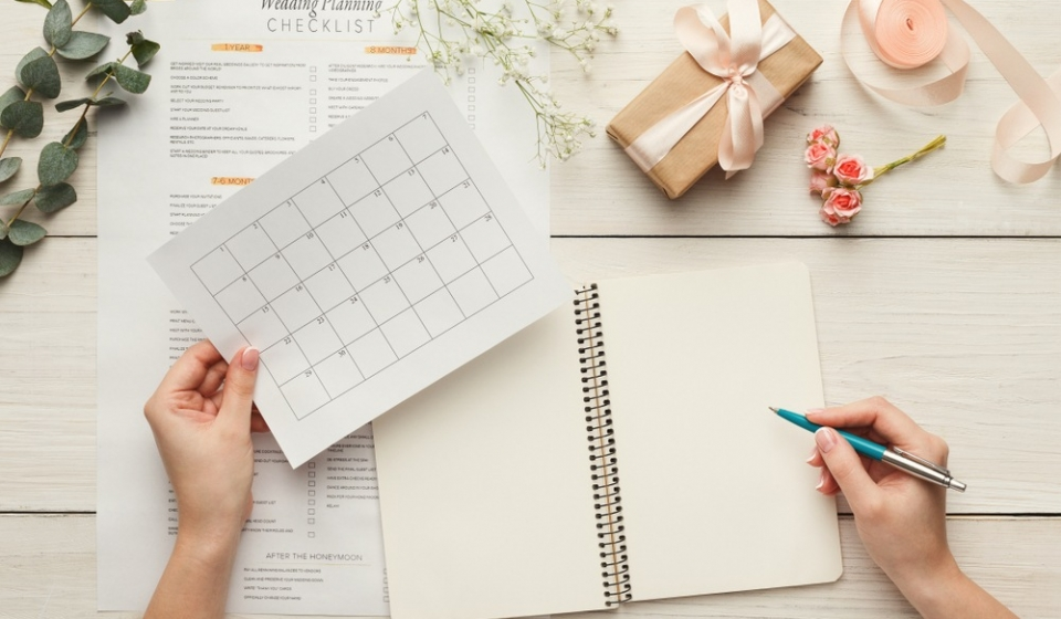 wedding-background-checklist-calendar-female-hands